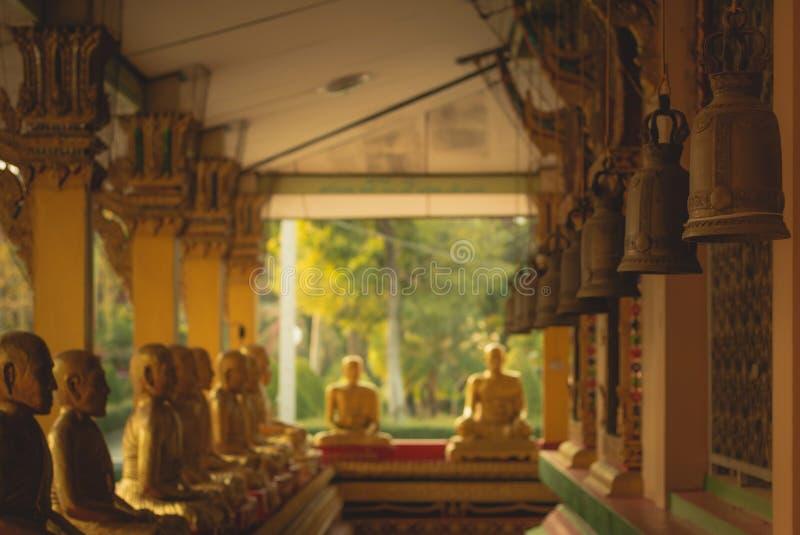 Rząd złota Buddha statua przy Watem Intharam Kanchanaburi, Tajlandzki fotografia royalty free