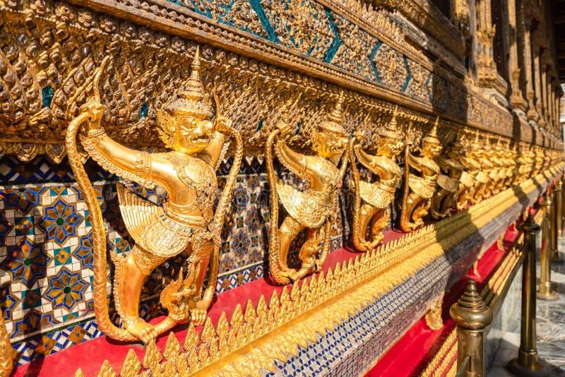 Rząd złoty garuda scuplture Wat Phra Kaew lub Szmaragdowy Buddha świątynia fotografia stock