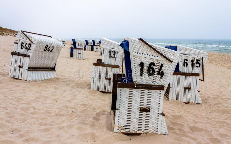 Rząd zadaszający łozinowi plażowi krzesła w diuna krajobrazie Lokalizować w Hörnum auf Sylt, Holstein, Niemcy obraz stock