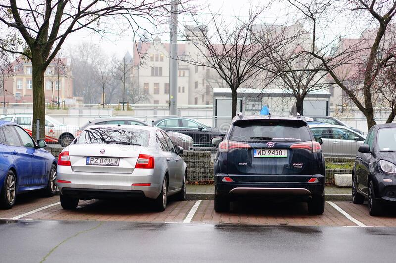 Rząd zaparkowanych samochodów na parkingach w Poznaniu, Polska fotografia stock
