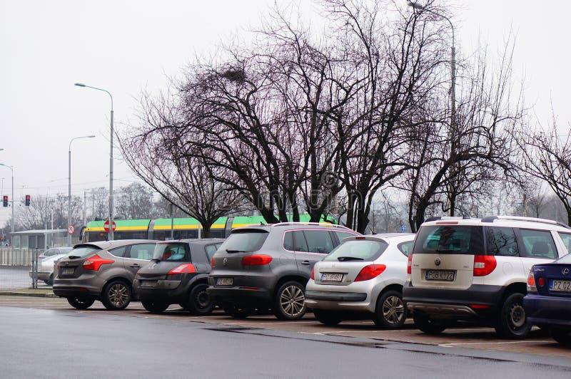 Rząd zaparkowanych samochodów na parkingach w Poznaniu, Polska obrazy stock
