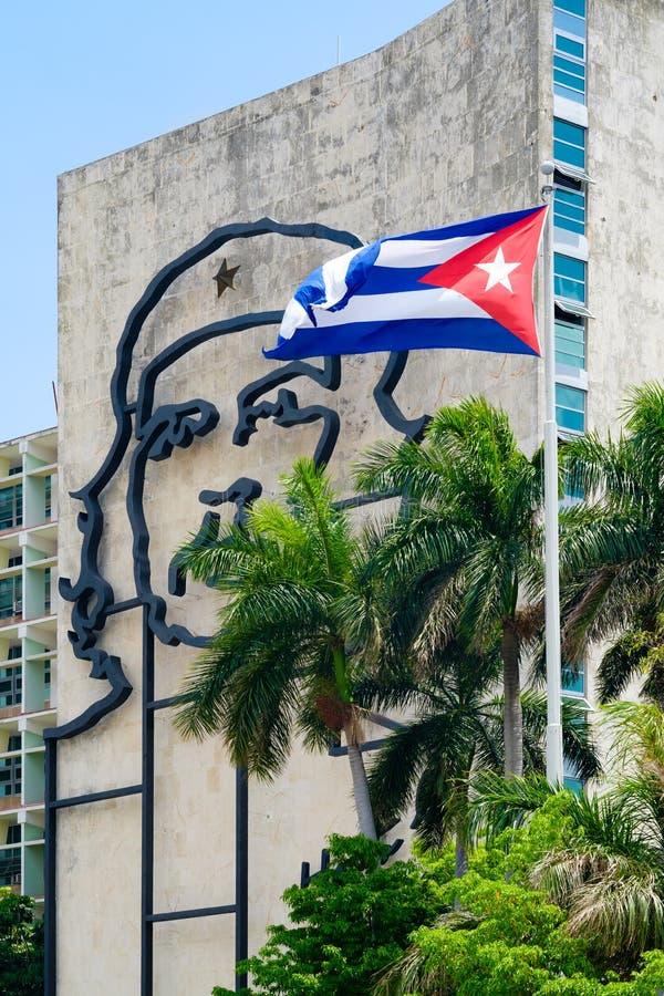 Rządowy budynek w Hawańskim z sławnym Che Guevara wizerunkiem zdjęcia stock
