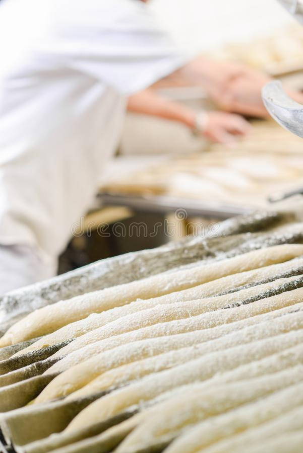 Rzędów baguettes czeka gotującym zdjęcie stock