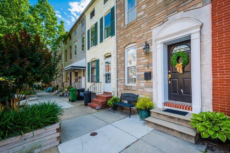 Rzędów domy wzdłuż Chester ulicy w wierzchu, Powalać punkt, Baltimore, Maryland zdjęcia stock