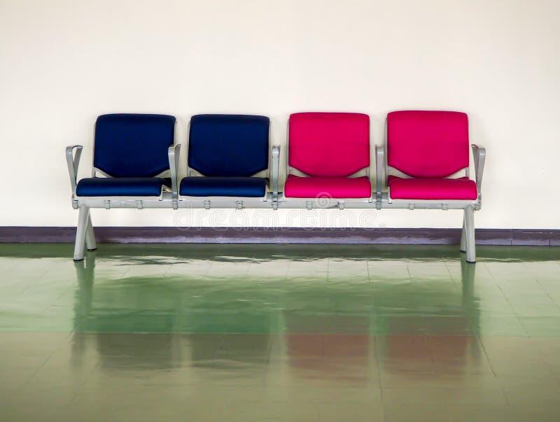 Rzędu błękitny i różowy pusty krzesło w lotnisku dla czekać wyjściowego teren z odbiciem na podłodze zdjęcia royalty free
