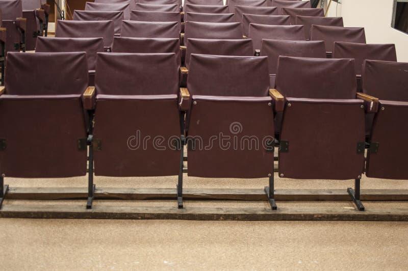 Rzędy czerwoni krzesła przy teatrem fotografia stock