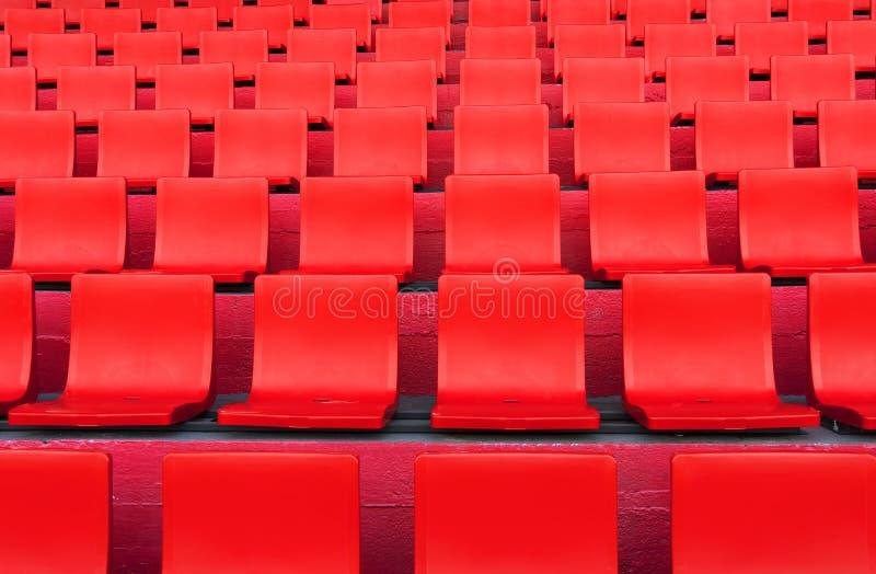 Rzędy czerwony siedzenie wzór w futbolu lub piłki nożnej sporta stadium obrazy stock