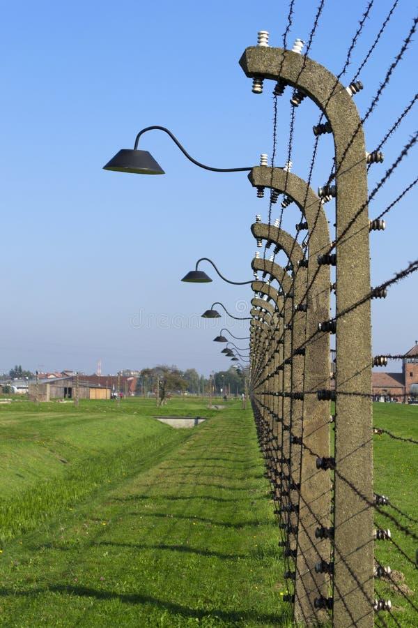 Rzędy drut kolczasty z lampionami przez Auschwitz perymetr obraz royalty free