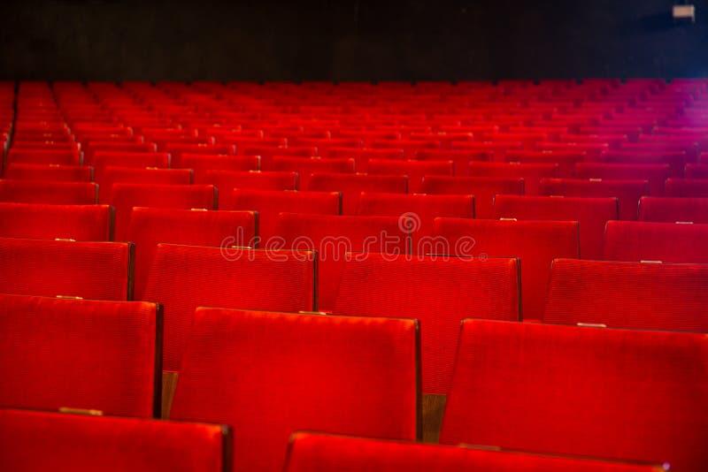 Rzędy krzesła w starego stylu kina sala zdjęcia stock