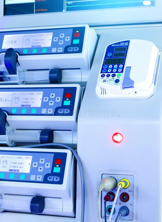 Rzędy panel nowożytny sprzęt medyczny, zamazuje głębię pole, monitorują zakończenie i wpisują, błękitny tonowanie zdjęcie stock
