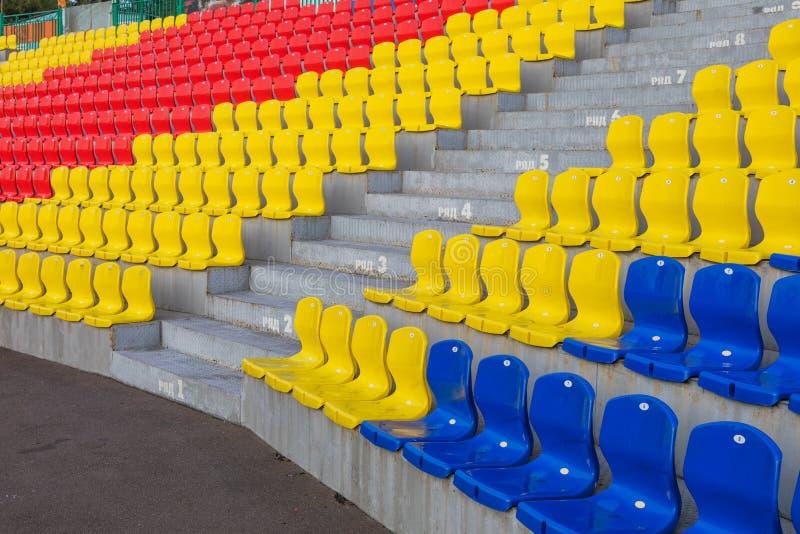 Rzędy plastikowi krzesła obraz stock