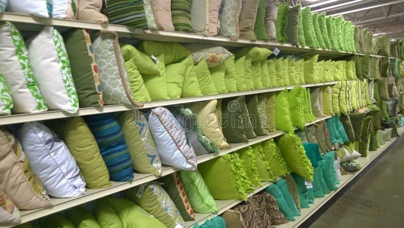 Rzędy poduszki na półek sprzedawać obrazy royalty free