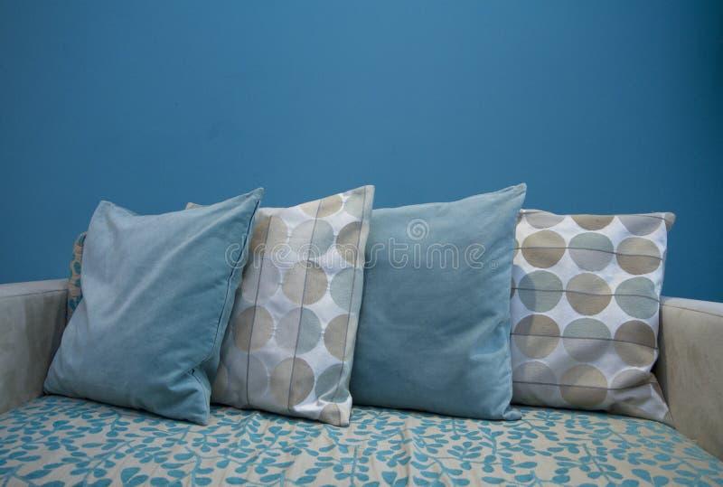 Rzędy poduszki w żywym pokoju zdjęcia royalty free