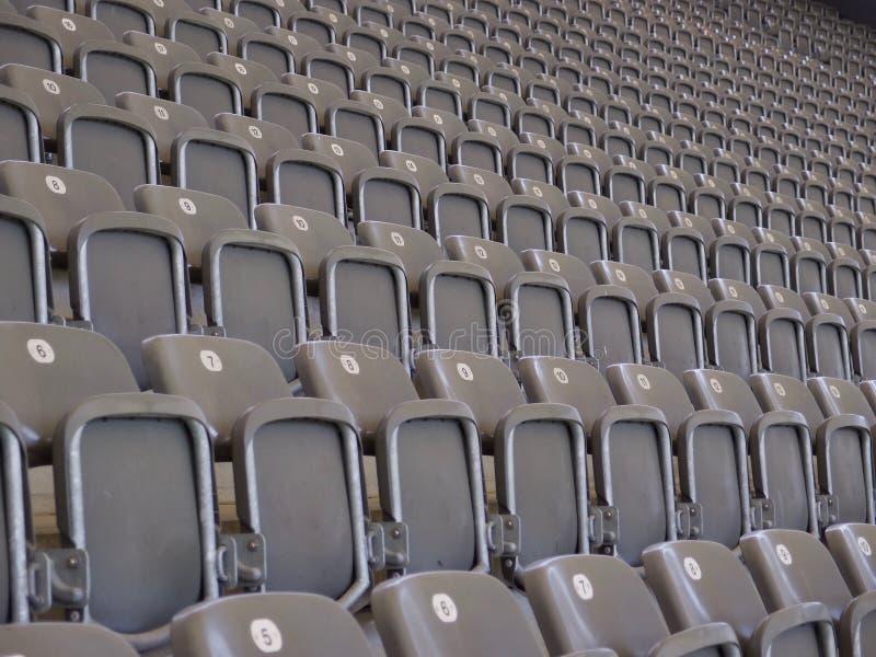 Rzędy pusty miejsca siedzące w arenie lub audytorium obrazy royalty free