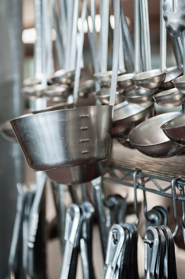 Rzędy srebne kopyście wiesza w kuchni fotografia royalty free