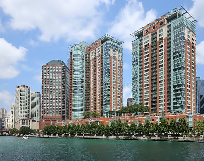 Rzędy wysocy mieszkania własnościowe wykłada Chicagowskiego ` s nadbrzeże rzeki fotografia stock
