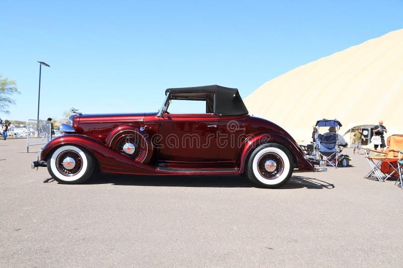 Rzadki Antykwarski samochód: 1933 Pontiac kabriolet - Boczny widok zdjęcia stock