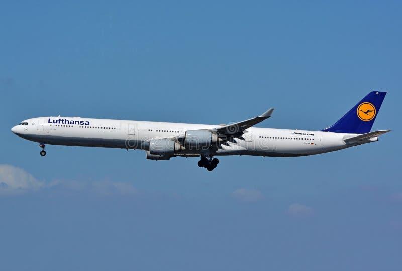 Rzadki Lufthansa Aerobus A340 jumbo jet Duży samolot w niebieskim niebie fotografia stock