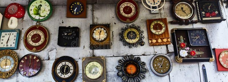 Rzadki zegarek Na ścianie jest wiszący stary zegar obraz stock