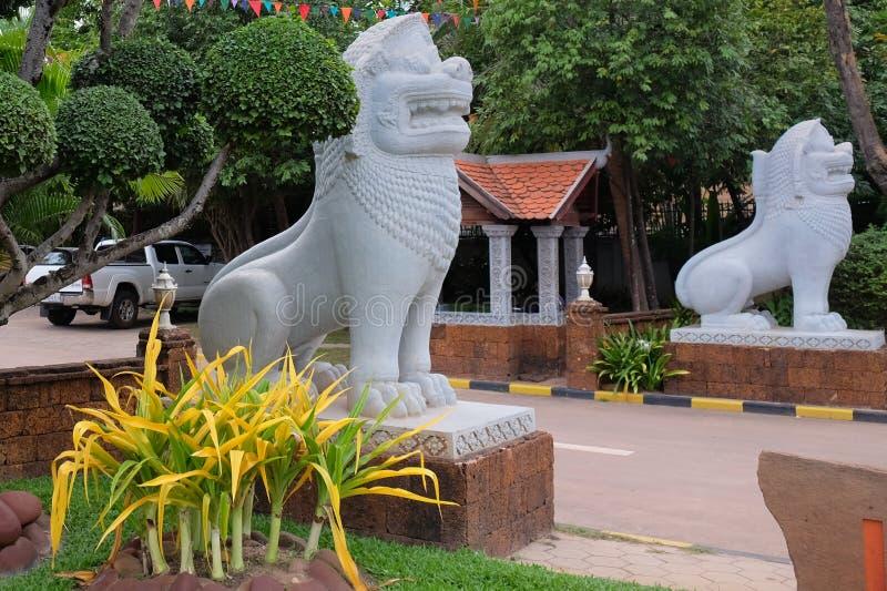 Rzeźba lew przed wejściem miasto park, dekoracyjni drzewa zdjęcie royalty free