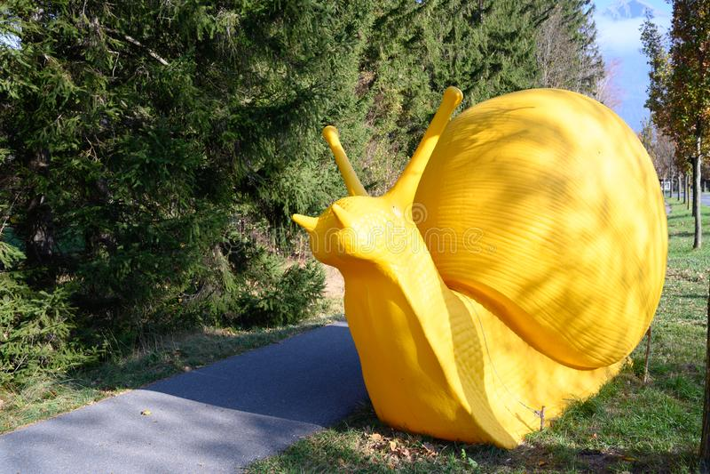 Rzeźba «Gigantyczny ślimaczek «Pękać sztukę, Mediolan, 7 Szwajcarski Triennial rzeźba, sztuka na Złej RagARTz 2018 wystawie Zły R obrazy royalty free