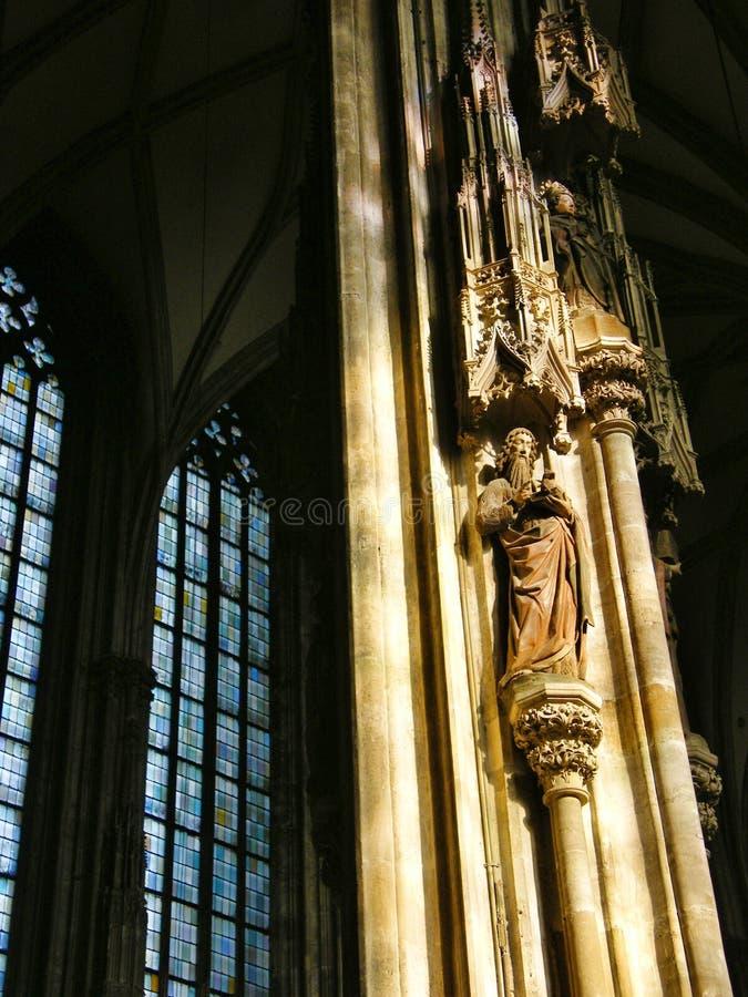 Rzeźba święty w kościół w świetle słonecznym obraz stock