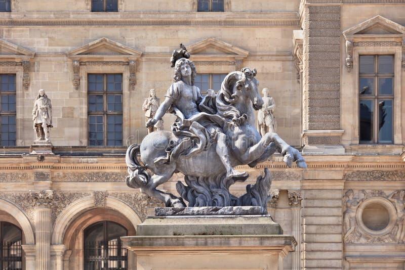 Rzeźba antyczny rycerz przy louvre muzeum, Paryż zdjęcie stock