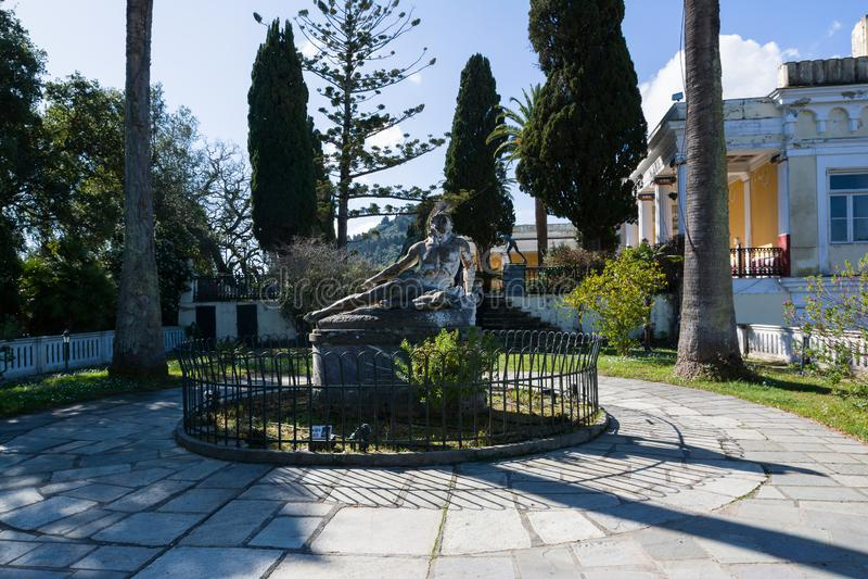 Rzeźba Barwiarski Achilles w ogródzie Achilleion pałac w Corfu wyspie, Grecja obraz royalty free