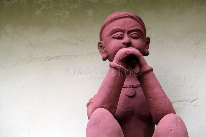 Rzeźba Bawić się Muzycznego instrument Plemienny mężczyzna zdjęcia royalty free