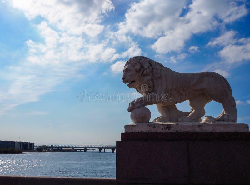 Rzeźba bielu kamienia lew na brzeg rzekim fotografia royalty free
