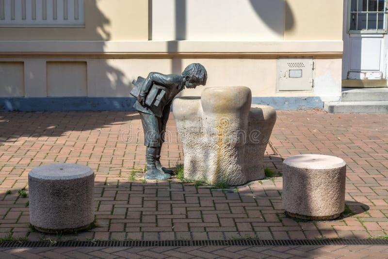 Rzeźba chłopiec przy well zdjęcie royalty free
