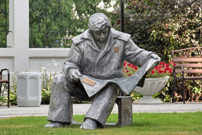 Rzeźba czyta gazetę w Yekaterinburg Steelmaker, Rosja obrazy royalty free