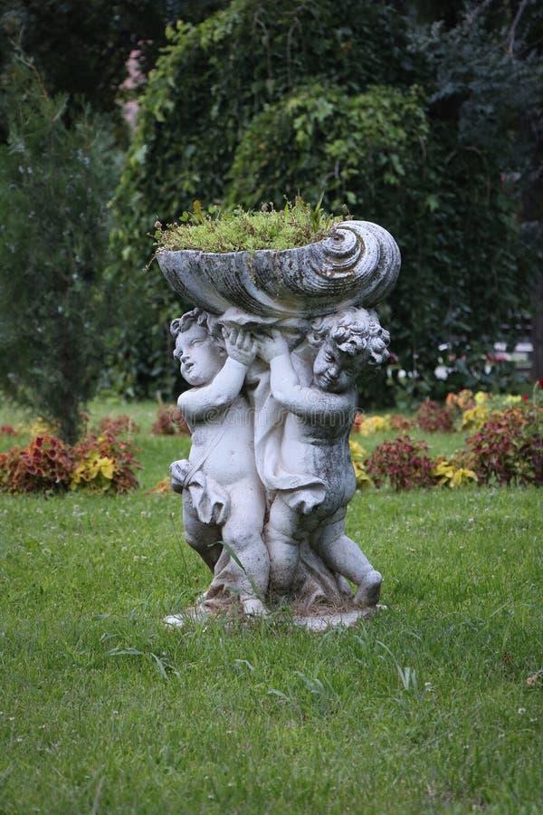 Rzeźba dwa dziecka holdin kwiatu obraz stock