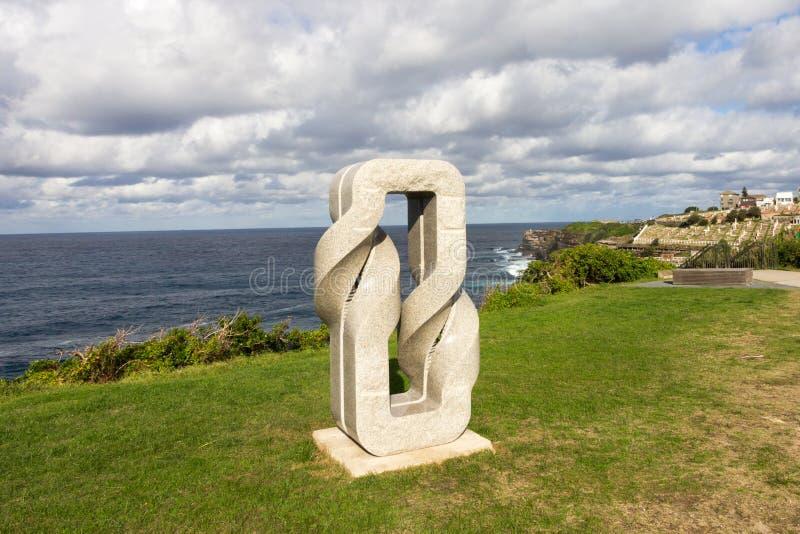 Rzeźba Dwa razy Przekręca zespołów Japońskim rzeźbiarzem Keizo Ushio na falezie nad Bronte, Sydney, Australia obrazy stock