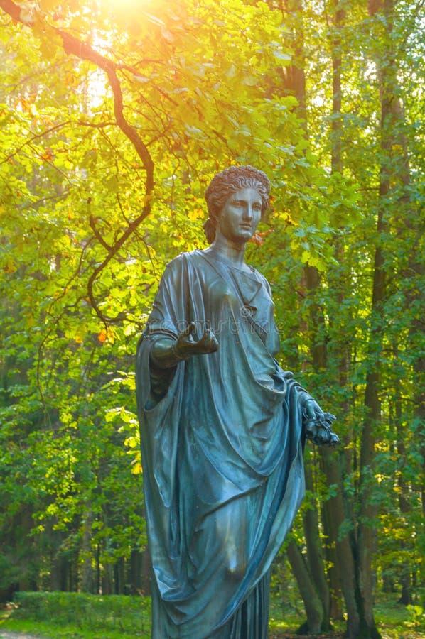 Rzeźba flory - bogini wiosna i kwiaty, zbliżenie Stary Silvia park w Pavlovsk, St Petersburg, Rosja obraz stock