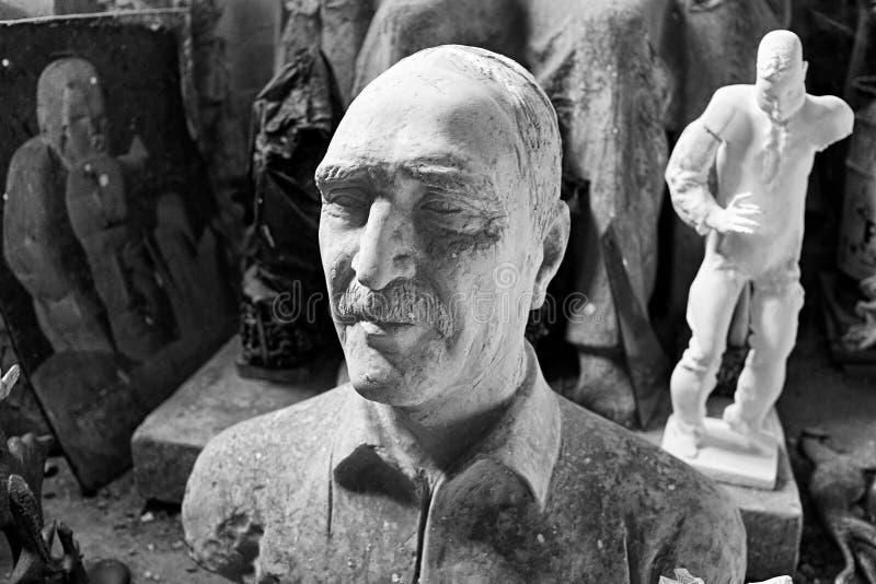 Rzeźba głowa nieznane w rzeźbiarza ` s warsztacie Wizerunek w Czarny I Biały obraz royalty free