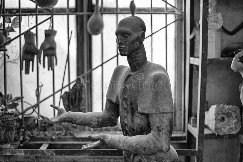 Rzeźba głowa nieznane w rzeźbiarza ` s warsztacie Wizerunek w Czarny I Biały zdjęcia stock
