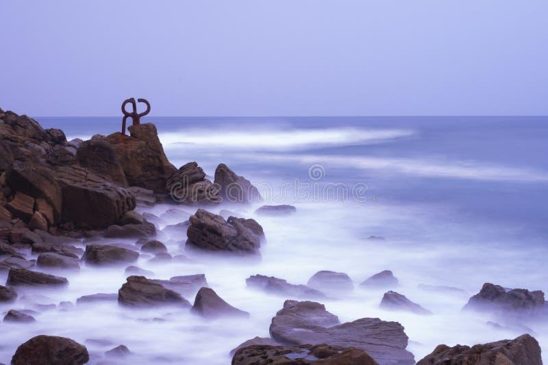 Rzeźba grępla Wiatrowy Peine Del Viento, wybrzeże miasto San Sebastian obraz royalty free