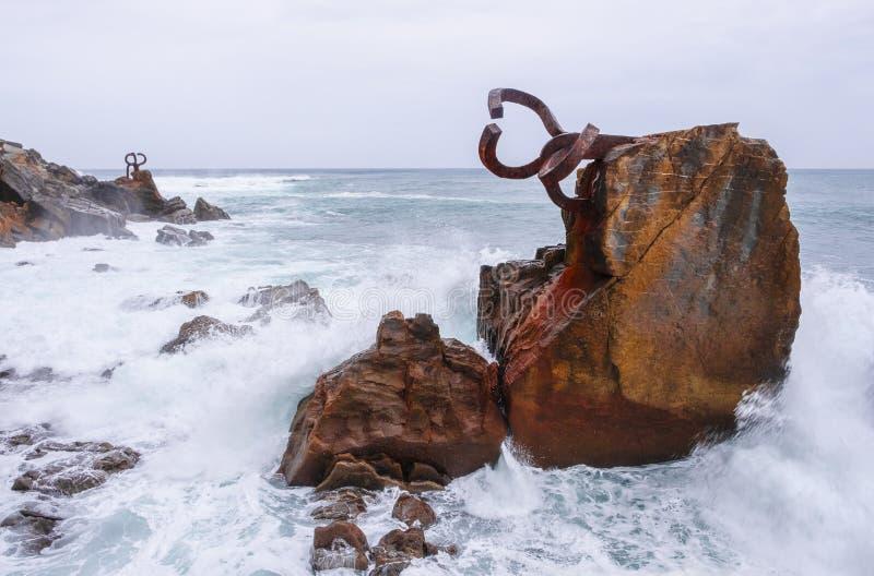 Rzeźba grępla Wiatrowy Peine Del Viento, wybrzeże miasto San Sebastian zdjęcia stock