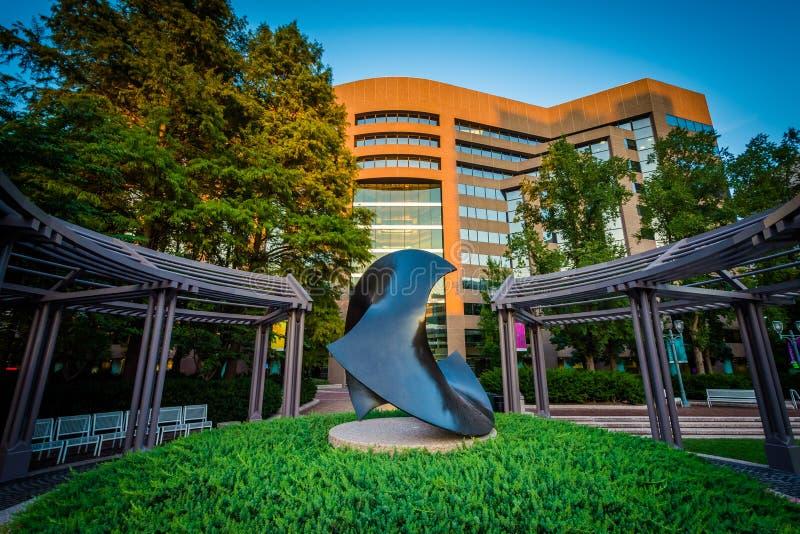 Rzeźba i nowożytny budynek w Krystalicznym mieście, Arlington, Virgi zdjęcie stock