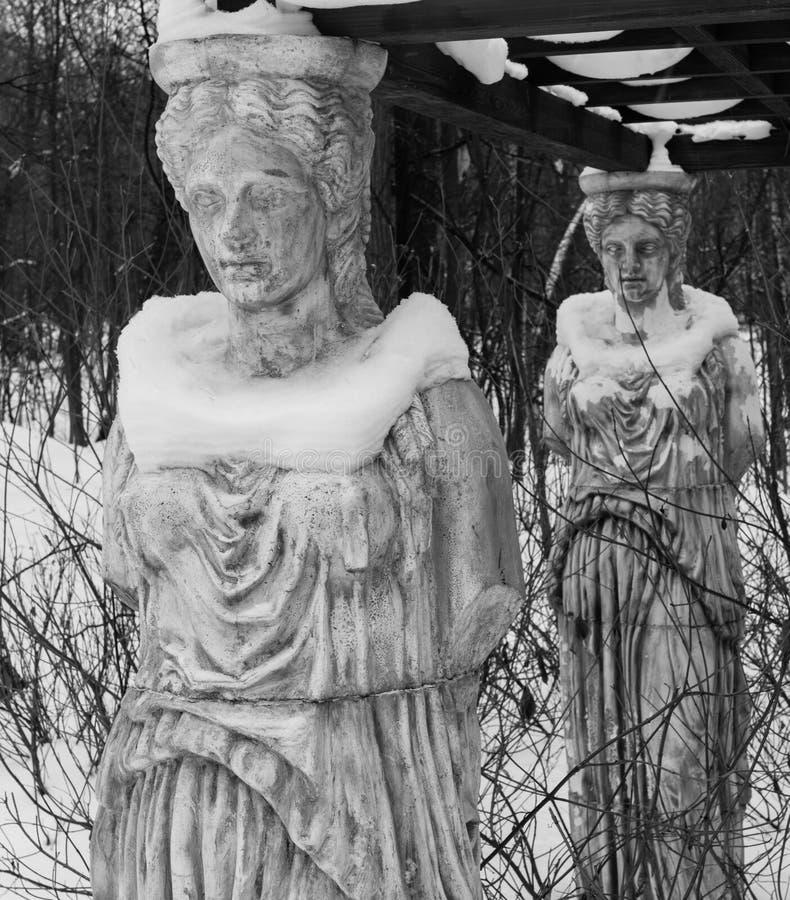 Rzeźba kariatydy w zima parku zakrywającym z śniegiem obrazy stock