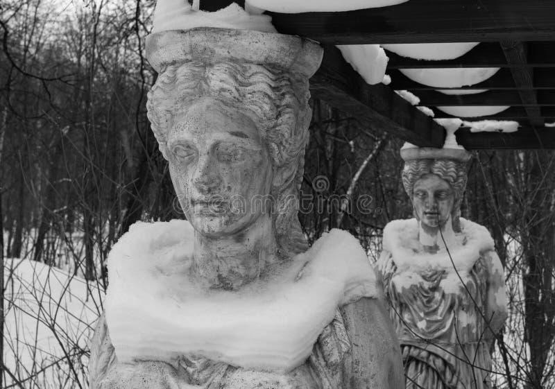 Rzeźba kariatydy w zima parku zakrywającym z śniegiem zdjęcia royalty free