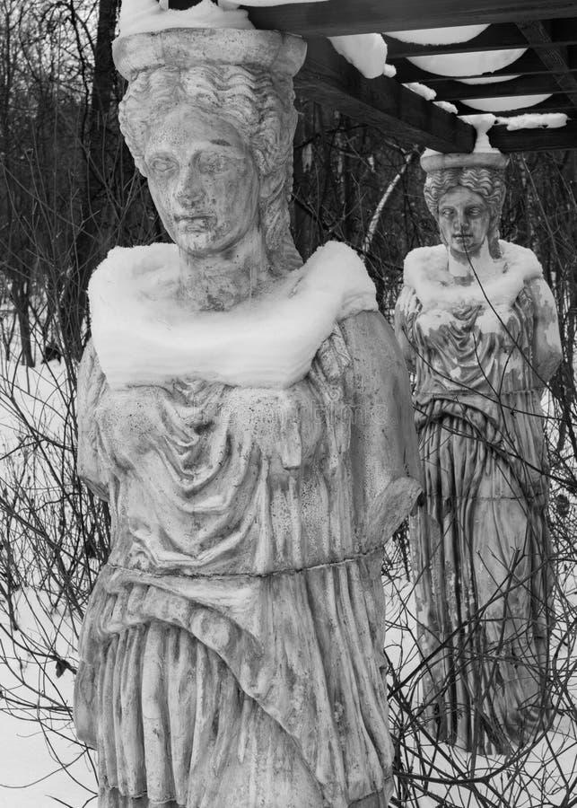 Rzeźba kariatydy w zima parku zakrywającym z śniegiem obraz stock