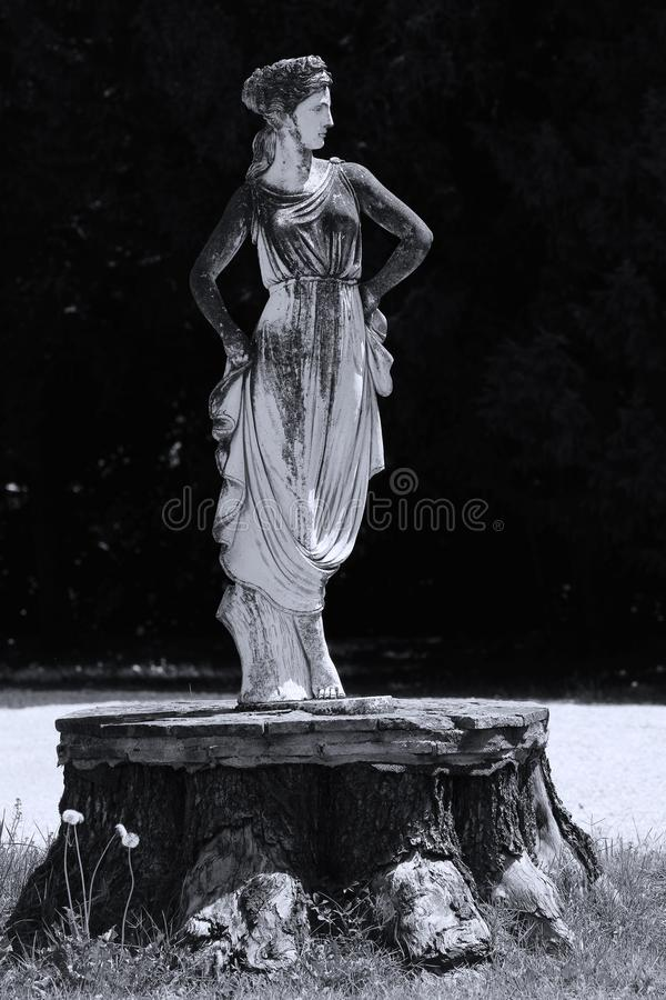 Rzeźba kobieta w włoszczyzna ogródzie fotografia stock