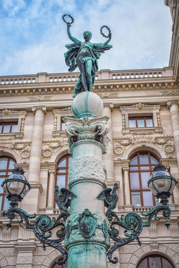 Rzeźba kobieta z dwa wiankami na górze filaru w Wiedeń Austria z niebieskim niebem zdjęcie stock