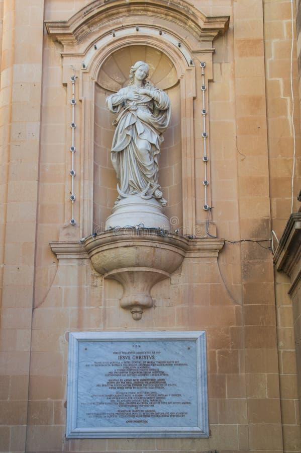 Rzeźba lokalizować na prawej stronie bazylika St George kościół przy Gozo wyspą w Malta zdjęcia royalty free