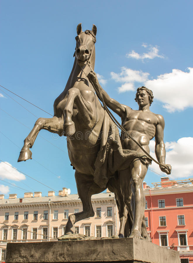 Rzeźba mężczyzna i koń na Anichkov moscie fotografia stock