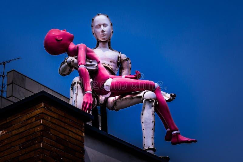 Rzeźba mężczyzna niesie damy na dachu w Samcheongdong obraz stock