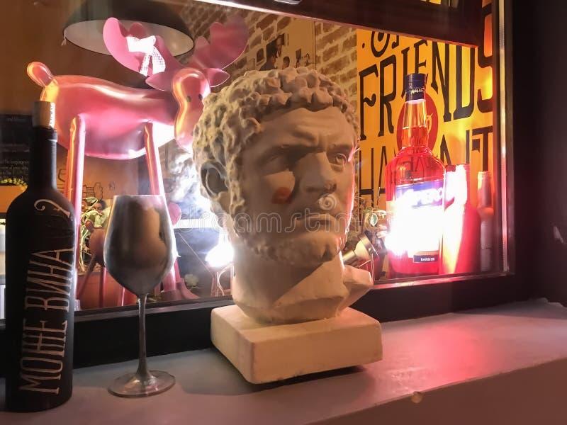 Rzeźba mężczyzna ` s głowa przeciw tłu pora nocna zdjęcie stock