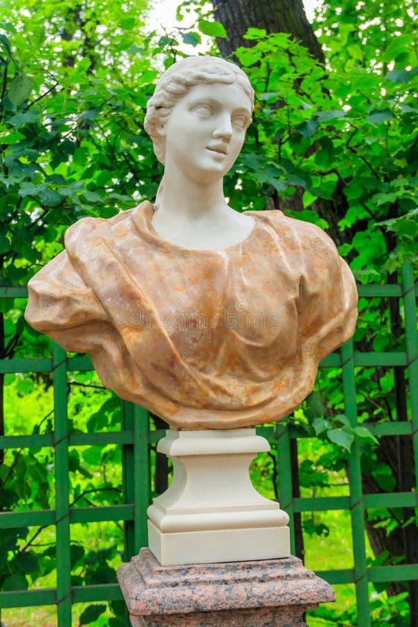 Rzeźba młoda kobieta w różowej draperii w starym miasto parku zdjęcie stock